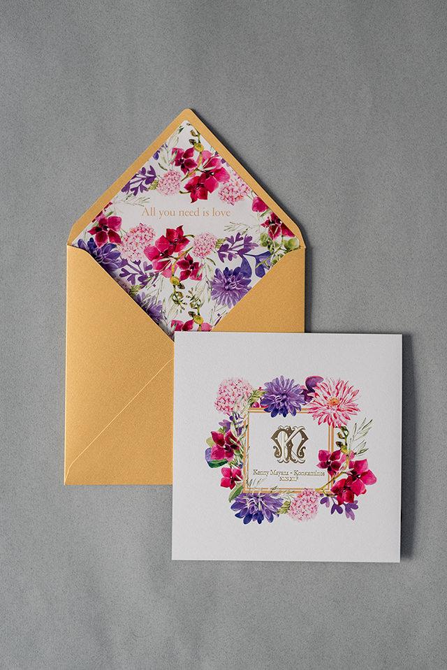 Ανοιξιάτικο προσκλητήριο γάμου με λουλούδια και χρυσό λογότυπο